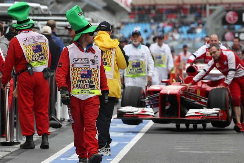 маршалы в ирландских шапках в честь Дня святого Патрика на Гран-при Австралии 2013