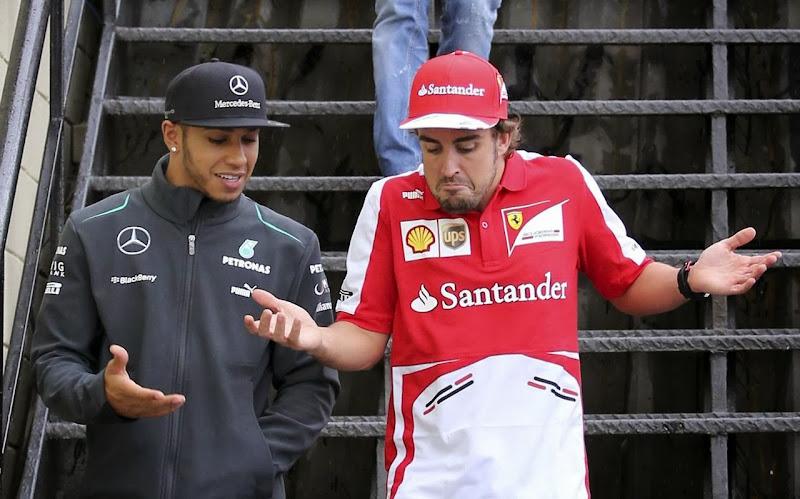 Льюис Хэмилтон и Фернандо Алонсо разводят руками на Гран-при Бразилии 2013