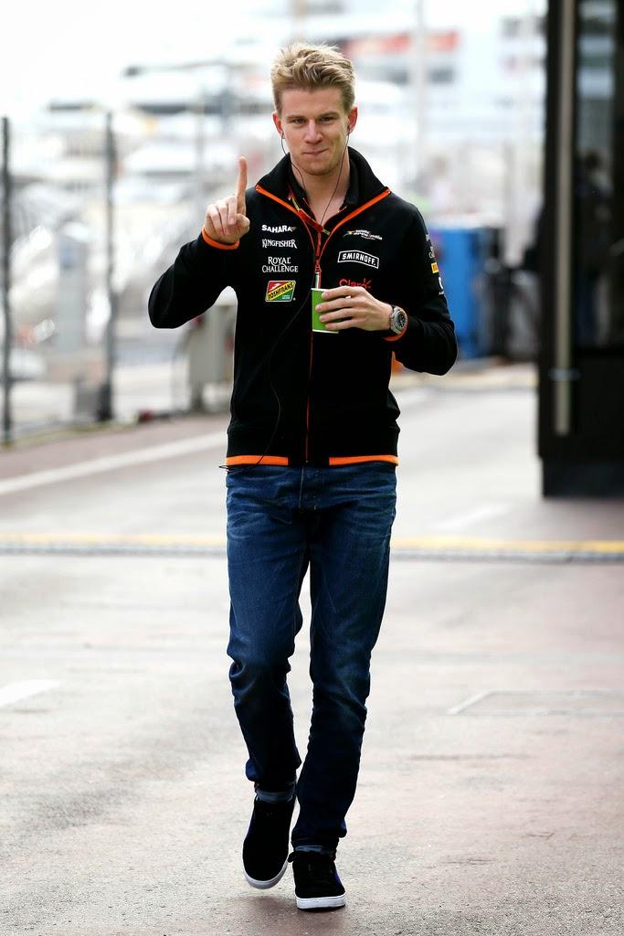 Нико Хюлькенберг показывает указательный палец и идет по паддоку Гран-при Монако 2014