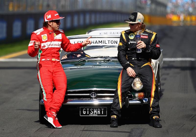 Фернандо Алонсо показывает что-то Кими Райкконену на фотосессии чемпионов на Гран-при Австралии 2012