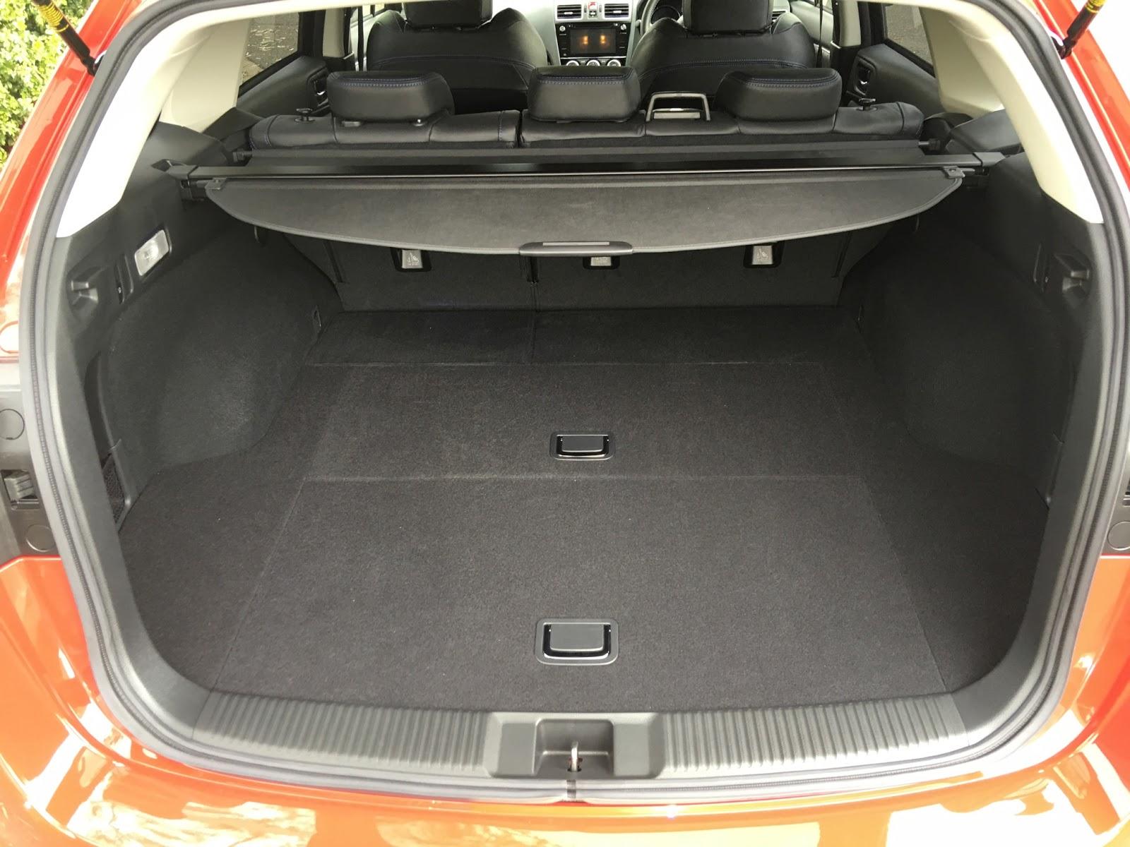 Khoang hành lý của Subaru Levorg 2017 rất rộng, có thể hạ hàng ghế thứ hai xuống để rộng hơn
