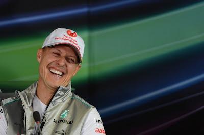 смеющийся Михаэль Шумахер на пресс-конференции в четверг на Гран-при Германии 2012