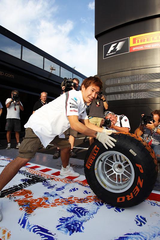 Камуи Кобаяши рисует на холсте при помощи резины на Гран-при Италии 2011 в Монце