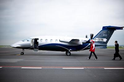 Фелипе Масса идет к самолету 2011