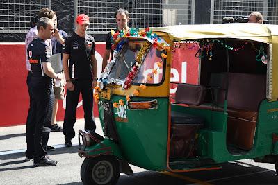 Дженсон Баттон со своими механиками перед индийской машинкой на Гран-при Индии 2011