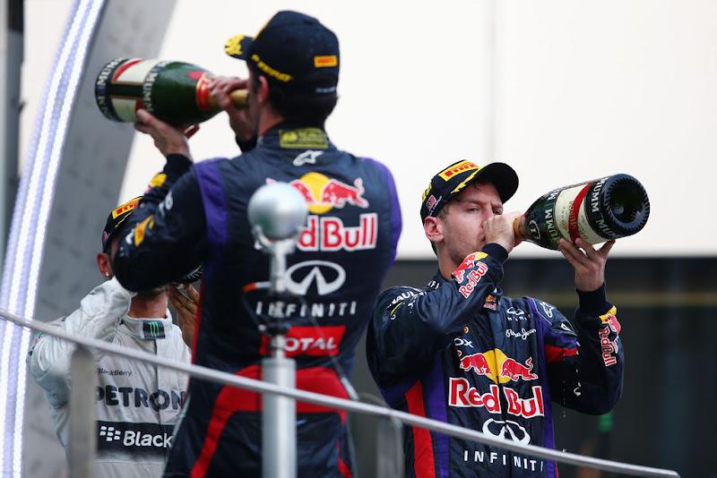 Марк Уэббер и Себастьян Феттель пьют шампанское на подиуме Гран-при Малайзии 2013