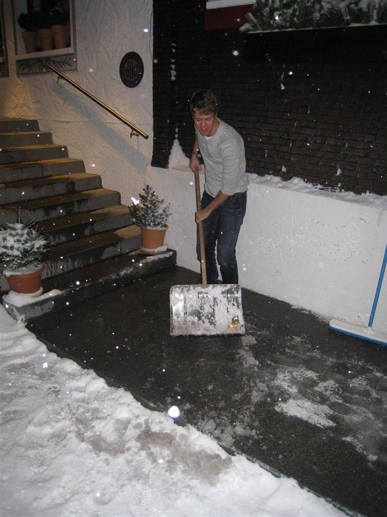 Себастьян Феттель с лопатой перед отелем Rote Wand 30 декабря 2011
