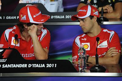 Фернандо Алонсо и Фелипе Масса разговаривают на пресс-конференции Гран-при Италии 2011 в Монце