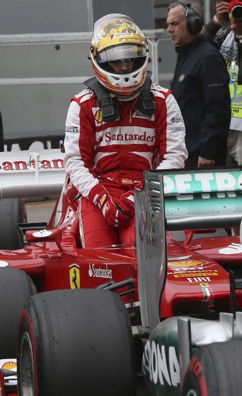 Фернандо Алонсо вылазит из болида Ferrari после квалификации на Гран-при Монако 2013