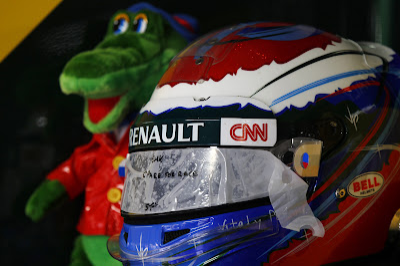 шлем Виталия Петрова и талисман на Гран-при Германии 2012