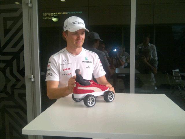 Нико Росберг играет в куклы на Гран-при Бахрейна 2012