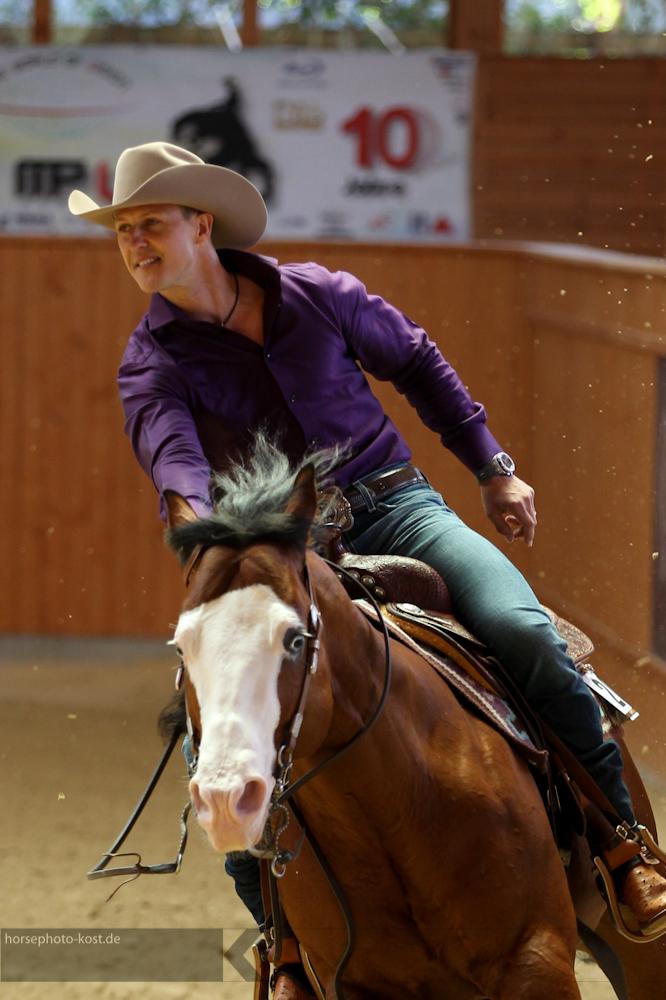 Михаэль Шумахер скачет на коне