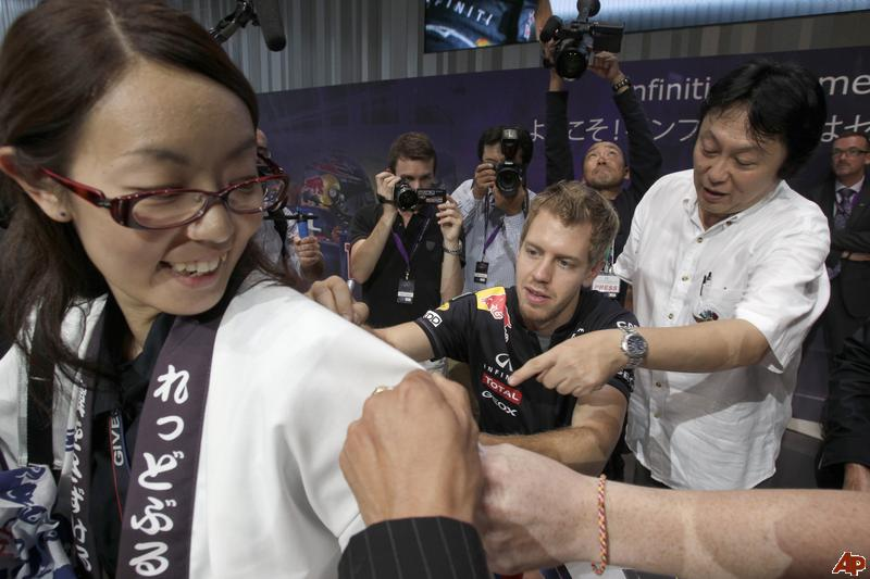 Себастьян Феттель оставляет автограф на рубашке болельщицы на Гран-при Японии 2011