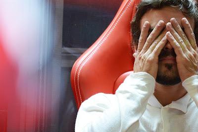 Фернандо Алонсо закрывает глаза руками на Гран-при Германии 2013