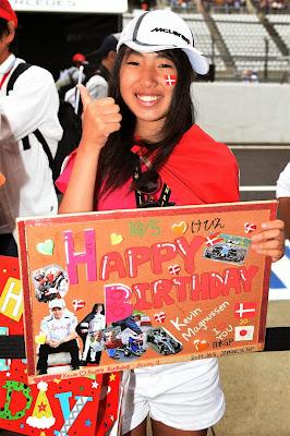 болельщица поздравляет Кевина Магнуссена с днем рождения на Гран-при Японии 2014