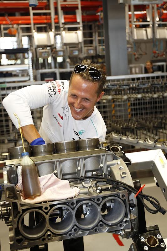 Михаэль Шумахер собирает двигатель Mercedes AMG перед Гран-при Германии 2012
