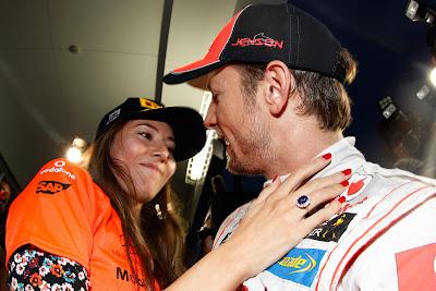 Джессика Мичибата поздравляет Дженсона Баттона с победой на Сузуке на Гран-при Японии 2011
