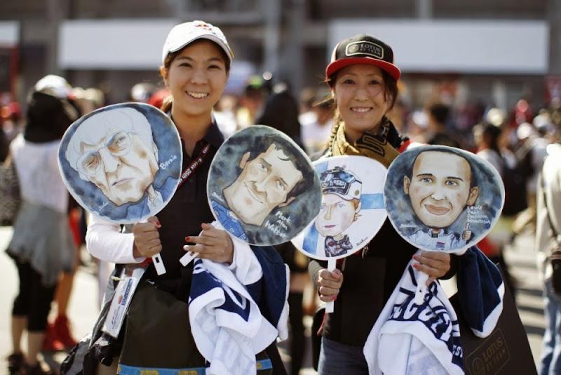 болельщики с карикатурами лиц Формулы-1 на Гран-при Японии 2013