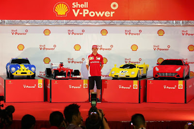 Кими Райкконен и машины Ferrari из лего на Гран-при Сингапура 2014