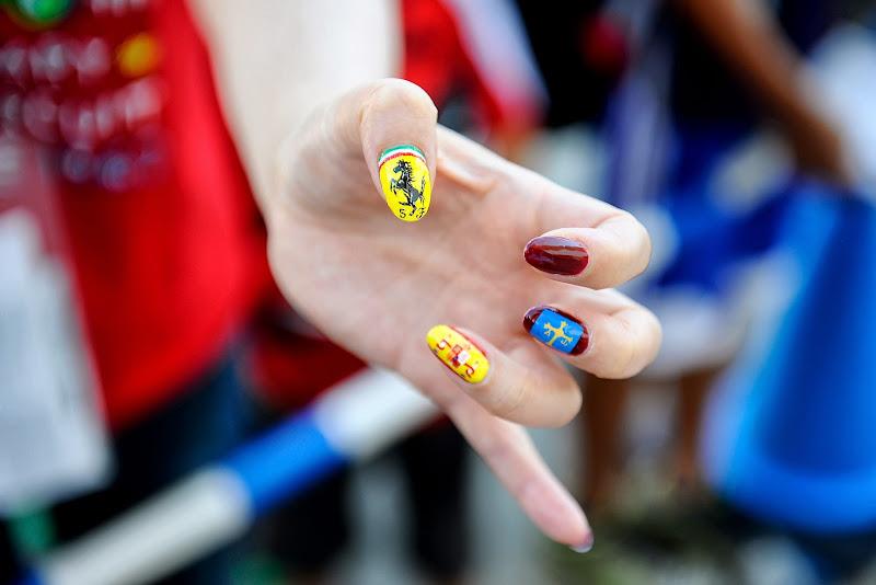 болельщица Ferrari с разукрашеными ногтями на Гран-при Японии 2013
