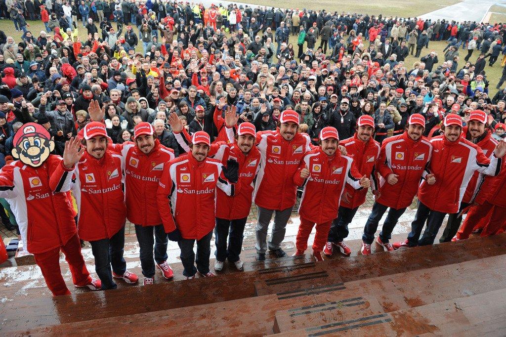 фотошоп Фернандо Алонсо на фоне болельщиков во Фьорано в межсезонье 2010-2011