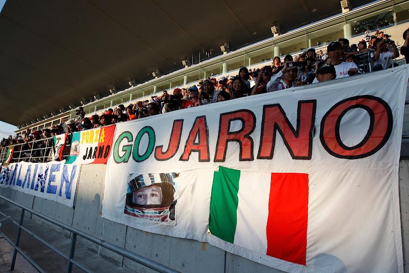 баннер в поддержку Ярно Трулли от болельщиков Сузуки на Гран-при Японии 2011