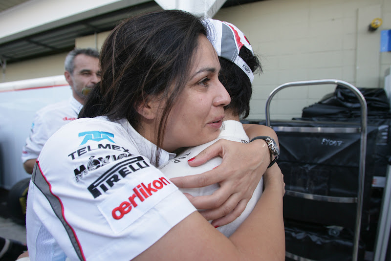 Мониша Кальтенборн крепко обнимает Камуи Кобаяши на Гран-при Бразилии 2011