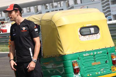 Дженсон Баттон стоит рядом с индийской машинкой на трассе Буддх на Гран-при Индии 2011