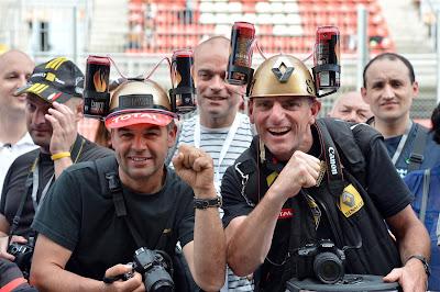 болельщики Lotus с банками Burn на кепках на Гран-при Испании 2013