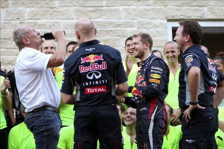 Хельмут Марко с бутылкой Егермейстера на праздновании победы на Гран-при США 2013