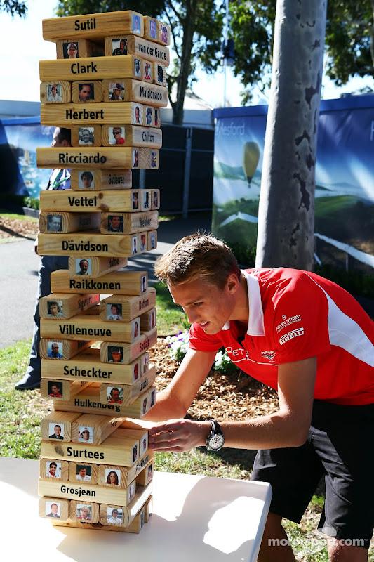 Макс Чилтон играет в Дженгу перед Гран-при Австралии 2013