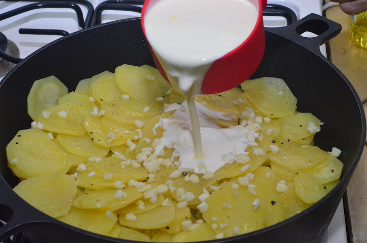 Запеченный картофель в сметане с фото