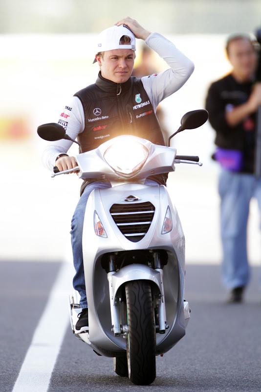 фэйспалм Нико Росберга на мопеде на Гран-при Японии 2011