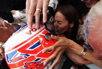 Джессика Мичибата целует Дженсона Баттона в шлем после его победы на Хунгароринге на Гран-при Венгрии 2011
