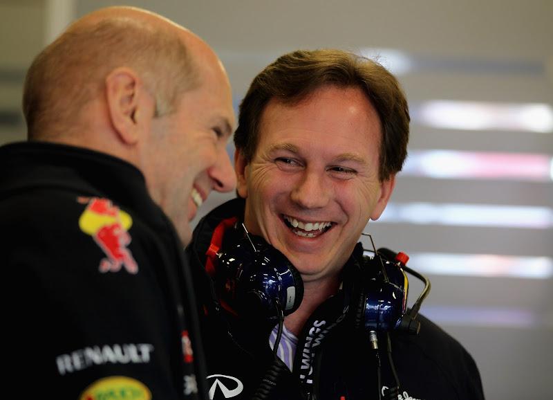 смеющиеся Эдриан Ньюи и Кристиан Хорнер на предсезонных тестах 2012 в Барселоне 22 февраля 2012