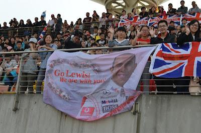 болельщики Льюиса Хэмилтона на трибунах Шанхая на Гран-при Китая 2013