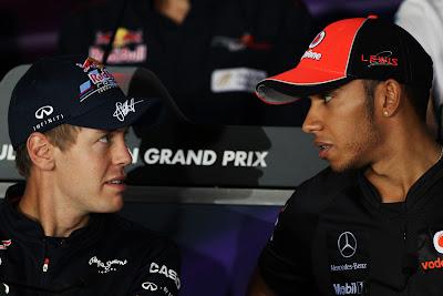 Себастьян Феттель и Льюис Хэмилтон переглядываются на пресс-конференция Йонама в четверг на Гран-при Кореи 2011
