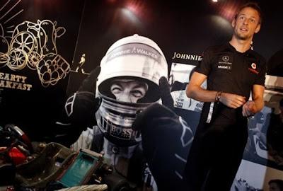 Дженсон Баттон на спонсорском мероприятии в Сингапуре перед Гран-при Сингапура 2011