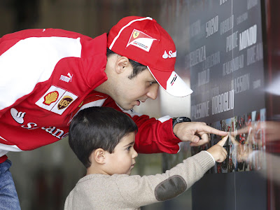 Фелипе Масса и Фелипиньо рассматривают фотографии на Гран-при Китая 2013