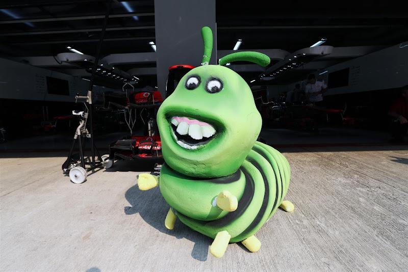 гусеница перед гаражом McLaren на Гран-при Индии 2012 caterpillar