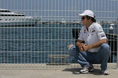 Серхио Перес сидит на кортах около моря на Гран-при Европы 2011