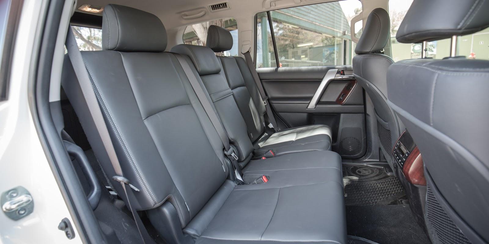 Hàng ghế thứ hai của xe rộng khủng khiếp, 3 người cao to ngồi thoải mái