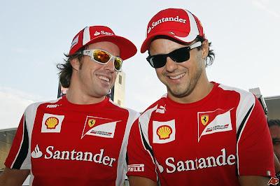 Фернандо Алонсо рассказывает что-то смешное Фелипе Массе на Гран-при Японии 2011