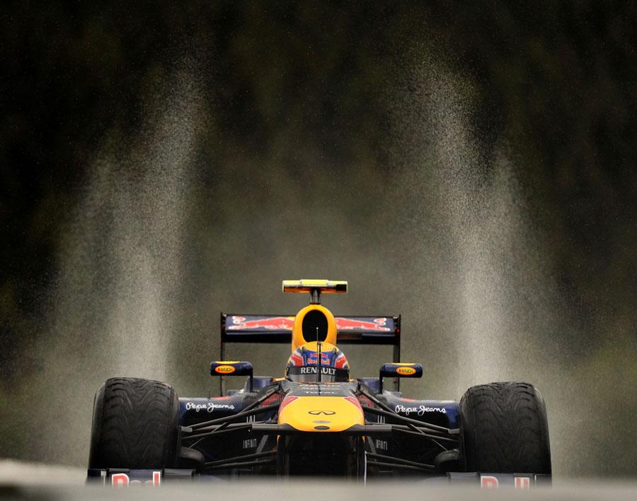 брызги над болидом Red Bull Марк Уэббер на трассе Спа-Франкошам в дождь на Гран-при Бельгии 2011 на свободных заездах в пятнцу