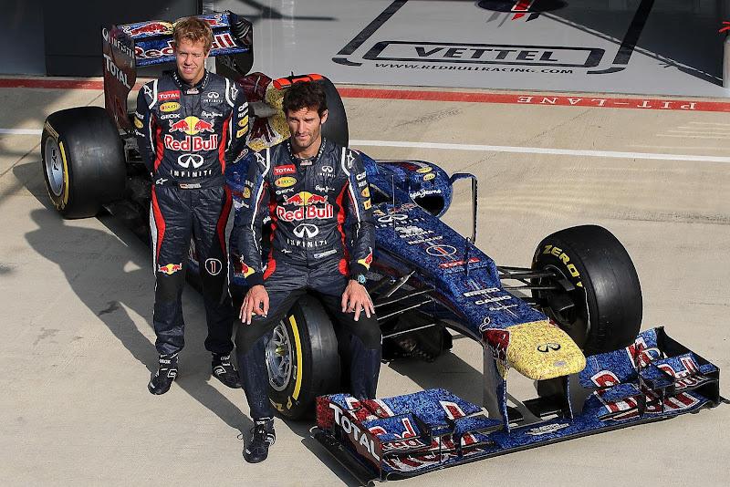 Себастьян Феттель и Марк Уэббер на фоне Red Bull специальной раскраске на Гран-при Великобритании 2012