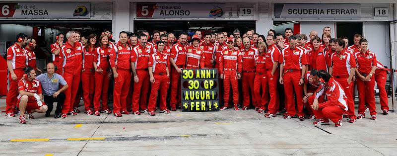 общее фото в честь 30-летия Фернандо Алонсо в окружении Ferrari у боксов на Гран-при Венгрии 2011