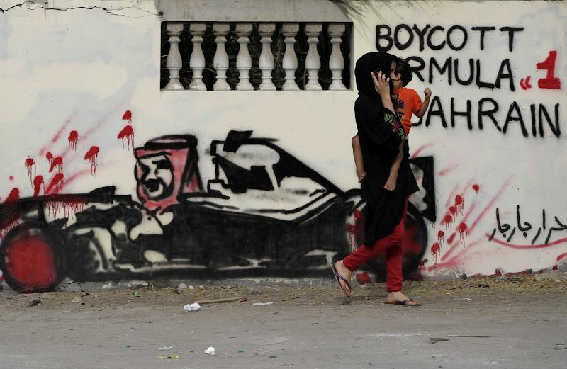 женщина с ребенком проходит мимо граффити