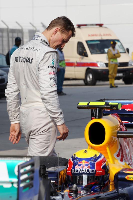 Михаэль Шумахер обходит болид Red Bull Марка Уэббера после квалификации на Гран-при Малайзии 2012