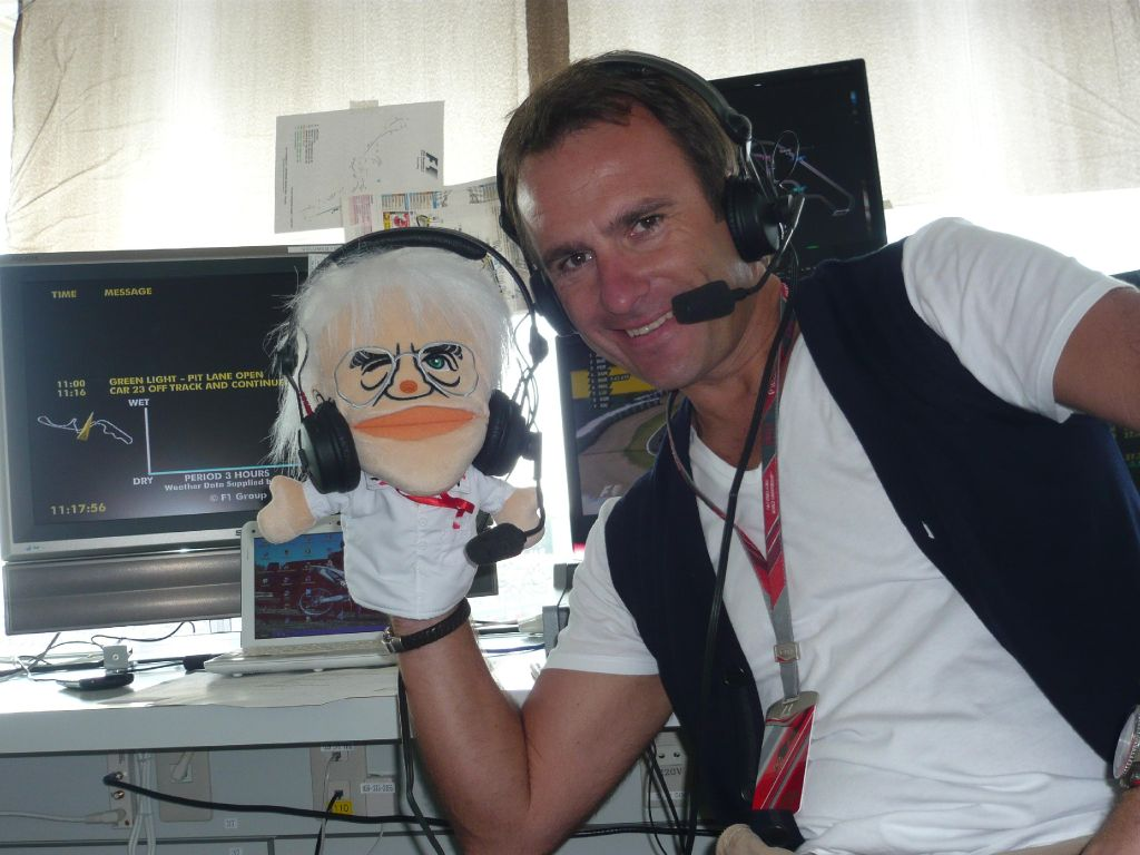 Алекс Вурц и кукла Берни Экклстоуна на Гран-при Японии 2011