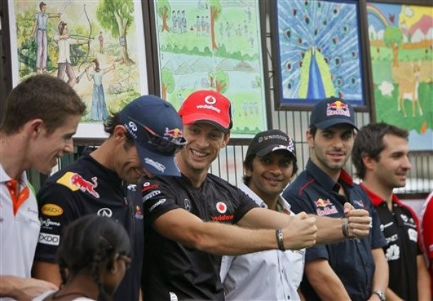 Дженсон Баттон показывает смешные движения Марку Уэбберу и Полу ди Ресте на Гран-при Индии 2011